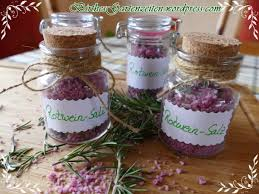 mitbringsel aus der küche geschenke aus der küche diy rotweinsalz mit rosmarin dekorativ