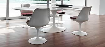 chaises tulipe chaises saarinen free table et cinq chaises tulip par eero saarinen