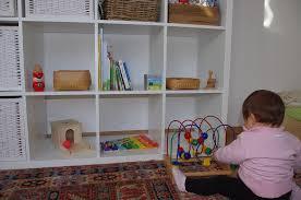 lo scaffale scoprire montessori lo scaffale dei giochi a 11 mesi