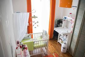 chambre parent bébé une chambre de bébé blanche orange et verte du peps et de la