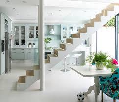 escalier entre cuisine et salon 1001 idées pour aménager une cuisine ouverte dans l air du temps