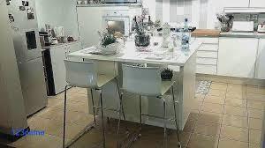 table cuisine americaine table a manger ronde en bois proche cuisine amenagee table