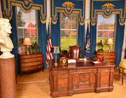White House Oval Office Desk Replica Presidential Oval Office Desk As Seen With President