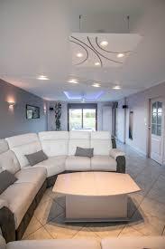 faux plafond led un salon épuré et contemporain avec les luminaires staff décor
