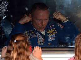 25set2014 o engenheiro de voo barry wilmore da nasa gesticula para criancas de dentro de onibus antes do lancamento do foguete soyuz tma 14m nesta sexta