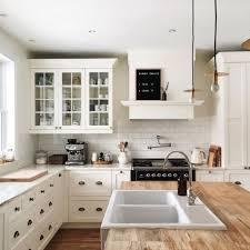cuisine rustique blanche cuisine blanche 22 idées tendances 2018 pour votre cuisine