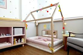 fabriquer chambre lit cabane fille fabriquer lit cabane bois clair parquet chambre