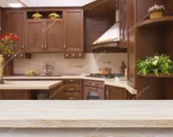 cuisine brun table à manger sur fond intérieur de cuisine brun floue