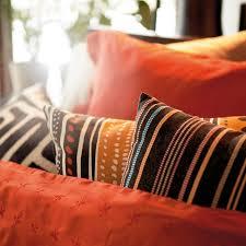 coussins orange ikea rhabille mon salon avec des textiles fous fous fous