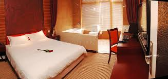 chambre a coucher romantique chambre à coucher romantique photo stock image du personne jaune