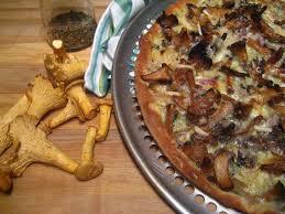 cuisiner des chanterelles est dans assiette pizza aux chanterelles fraîches