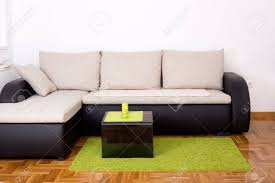 coin canapé elégant petit canapé dans le coin d un salon avec verre noir table