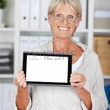 femme nue au bureau portrait de femme d affaires senior heureux de converser au