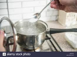 faire r馘uire en cuisine l eau bouillante salée faire cuire le dîner de cuisine banque d
