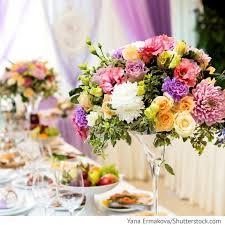 blumen fã r hochzeit blumen komposition in martini vasen auf den gästetischen