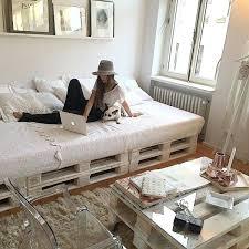 canapé lit palette grand lit design en palette dans une chambre cosy http