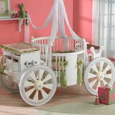 chambre bebe originale chambre enfant lit bébé original forme de carrosse princesse déco