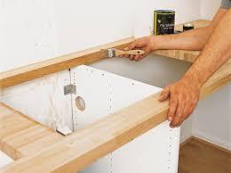 poser une cuisine pose d un plan de travail stratifi dans une cuisine neuve leroy