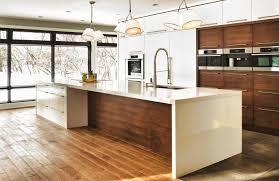 cuisine contemporaine blanche et bois cuisine contemporaine aux meubles blancs ou bois foncé