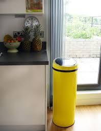 poubelle cuisine jaune sensé bin une poubelle automatique 50l jaune made com la vie
