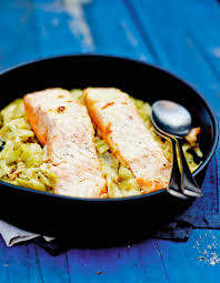 cuisiner le saumon saumon sur un lit de poireaux pour 6 personnes recettes à table