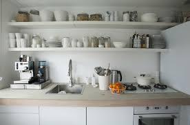 küche aufbewahrung offene aufbewahrung über der spüle und arbeitsfläche einer küche