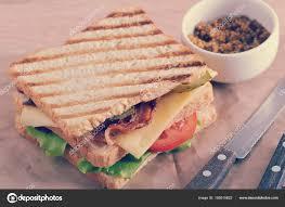moutarde blanche en cuisine sandwich avec du lard et de poitrine de poulet et de moutarde