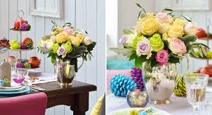 composition florale avec des roses une composition florale de noël roses pistachier et thuya prima