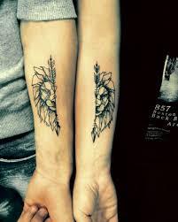 tatuaje en pareja leones en las manos femenino y masculino