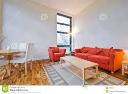 Wohnzimmer Decke Wohnzimmer Der Hohen Decke Stockfoto Bild Von Kissen 8896552