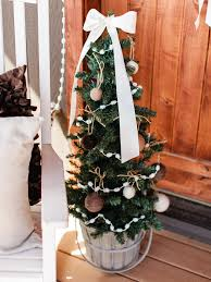 Best Outdoor Christmas Decorations by Last Minute Christmas Porch Decor Ideas Hgtv U0027s Decorating