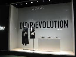 Merchandise Display Case Katsojalle Annetaan Mahdollisuus Oivaltaa Yritys Dior Euroshop