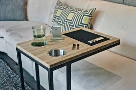 table pour canapé la table design caddy est l amie des canapés et lits