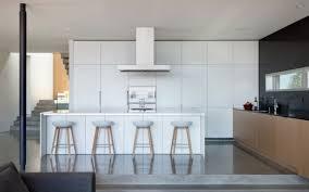 hotte de cuisine blanche cuisine avec îlot central ou bar en 111 idées merveilleuses