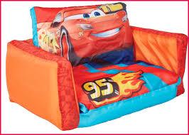 canape enfant cars lit gonflable enfant 169904 canapé lit gonflable cars lestendances