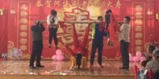 video heboh wanita perkasa di china angkat banyak orang pakai kaki