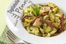 que cuisiner avec des courgettes recette de tagliatelle au poulet courgettes au curry et au chorizo