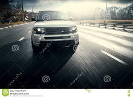 range rover van de aandrijving van rover range rover van het auto u0027sland op de weg