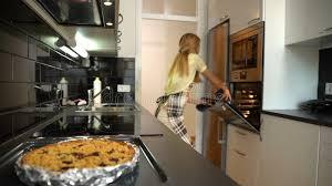 cuisine mouvement femme au foyer attirante avec la danse de gâteau chaud dans la