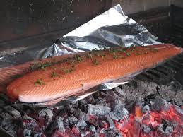 cuisiner un saumon entier idée barbecue le saumon à l unilatéral a la table de gaelle