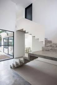 gitter treppe treppe holz gitter zwei stufen beton kontrast jpg 650 937