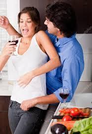 amour dans la cuisine de profiter de leur amour dans la cuisine photographie