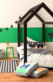 chambre noir et vert lit cabane dans une chambre d enfants couette imprimée lit cabane