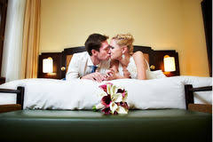baise en chambre jeunes mariés heureux de baiser romantique dans la chambre à