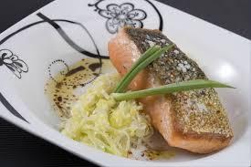 cuisiner poireaux poele recette de dos de saumon à l unilatérale fondue de poireaux et