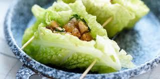 cuisiner du choux vert paupiettes de chou vert frisé au poulet et raisins secs facile