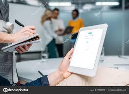 telecharger skype bureau tablette holding homme affaires avec skype sur écran bureau moderne