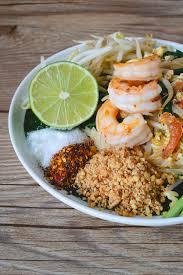 nouille de riz faite sauter à feu vif avec des crevettes