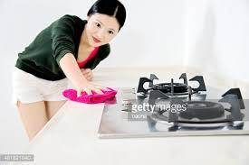 femme dans la cuisine femme nettoyage de la cuisine photo getty images