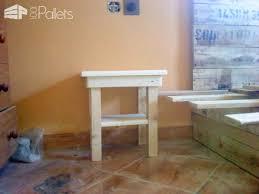 tiny pallet bedside table u2022 1001 pallets